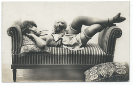 DC055 Carte Photo Card RPPC Vintage Nue Femme érotisme Nude Risque Vers 1900 Chien Dog - Weiblicher Akt (1941-1960)