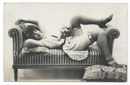 DC056 Carte Photo Card RPPC Vintage Nue Femme érotisme Nude Risque Vers 1900 Chien Dog - Weiblicher Akt (1941-1960)
