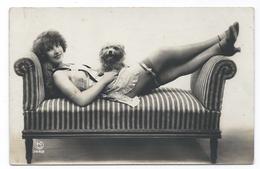 DC057 Carte Photo Card RPPC Vintage Nue Femme érotisme Nude Risque Vers 1900 Chien Dog - Weiblicher Akt (1941-1960)