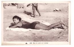 Pin-up Pinup Pin Up Femme Maillot De Bain Bain De Soleil Sur La Plage Femme Allongée Sur Le Sable - Pin-Ups