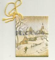 Etiquette Double Cadeaux. Village, église Et Passant Dans La Neige. 5/6,5 Cm - Cartes Cadeaux