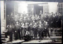CARTE PHOTO GROUPE D'EMPLOYES PORTANT UN TOAST DEVANT LEURS BUREAUX BELLE COMPOSITION - Photographs