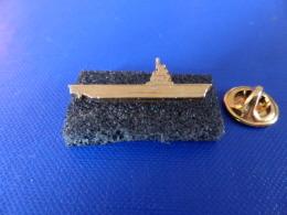 Pin´s Militaire Navire Doré - DCN - Fregate Porte Avion (LB29) - Militaria