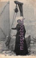 17 - ILE DE RE - Rhétaise - Femme En Costume Traditionnel - Puit - 2 Scans - Ile De Ré