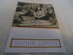 AUTOGRAPHE DÉDICACÉ DE SOPHIA LOREN SUR COUPURE DE PRESSE COLLÉE SUR CARTON BRISTOL (15 X 21 Cm) (V. DESCRIPTION) - Autographs