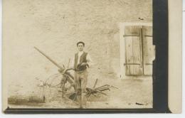 AGRICULTURE - Belle Carte Photo Portrait Homme Avec Matériel Agricole Dans Cour De Ferme (non Située) - Granja
