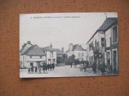 Carte Postale Ancienne De Moisdon-la-Rivière : La Place De L'Eglise-Pub Dubonnet, Chocolat Menier - Moisdon La Riviere