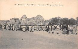 VERSAILLES  -  Place D'armes  -  Autour De La Musique Pendant La Pose ( Militaires Et Laitiere..) - Versailles