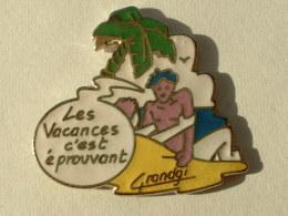 """PIN´S """" LES VACANCES C'EST EPROUVANT """" - Badges"""