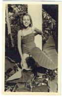 Foto/Carte Photo. Jeune Fille. Pin Up En Maillot. Léopoldville, Binza. Juin 1954. - Pin-ups