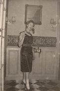 Photo Originale Pin-up - Une Pin-up Bourgeoise, Moderne à La Cigarette, Vous Accueille Chez Elle. - Pin-Ups