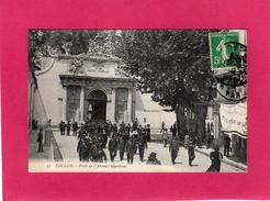 83 VAR, TOULON, Porte De L'Arsenal Maritime, Animée, Marins, (Marius Bar) - Toulon
