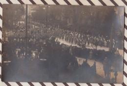6AI4534 CARTE PHOTO DEFILE MILITAIRE  Dos Timbre SEIFFER MULHOUSE LIBRAIRIE PAPETERIE  2 Scans - Guerre 1914-18