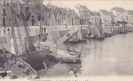 LE POULIGUEN Le Port à Marée Basse - France
