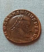 MONNAIE ROMAINE FOLLIS R/ ROME ASSISE Présentant Un Globe à L'Empereur - 7. L'Empire Chrétien (307 à 363)