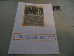AUTOGRAPHE DÉDICACÉ DE JEAN-CLAUDE DAUPHIN SUR COUPURE DE PRESSE COLLÉE SUR CARTON BRISTOL (15 X 21 Cm) (V. Description) - Autografi