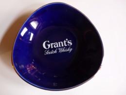 CENDRIER -   GRANT'S SCOTCH WISKY-   Bleu , Triangulaire Sphérique : Côté: 14cm, Ht: 3,4 Cm , - Cendriers