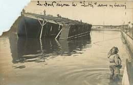 CARTE PHOTO MILITARIA SOUS MARIN 131116 - SCAPHANDRIER BIZERTE Catastrophe Naufrage - Dock Dépose Lutin Dans Bassin (7) - Sottomarini