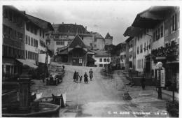 GRUYÈRES → Dorfstrasse Mit Oldtimer, Passanten Und Der Shell Tankstelle, Fotokarte Ca.1940 - FR Freiburg