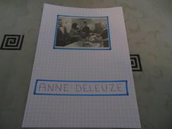 AUTOGRAPHE DÉDICACÉ D'ANNE DELEUZE SUR COUPURE DE PRESSE COLLÉE SUR CARTON BRISTOL (15 X 21 Cm) (V. Description) - Autographs