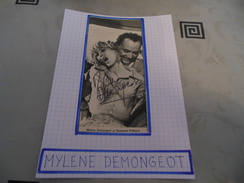 AUTOGRAPHE DÉDICACÉ DE MYLENE DEMONGEOT SUR COUPURE DE PRESSE COLLÉE SUR CARTON BRISTOL (15 X 21 Cm) (Voir Description) - Autographs