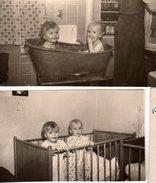 2 Petites Photos Originales Enfant & Bain - Deux Enfants, Même Bain Dans La Baignoire De Tôle Et Même Lit Pour La Photo - Personnes Identifiées