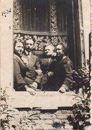Photo Originale 1924 - Tirage Albuminé D'un Homme Et De Trois Femmes à La Fenêtre - Joli Rideau Dentelles - Personnes Identifiées