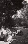 Photo Originale Famille - Un Pur Moment De Détente & De Bonheur Simple En Famille Vers 1930/40 - Personnes Identifiées