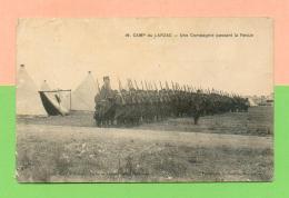 CPA  GUERRE 14-18  ~  CAMP Du LARZAC ~  19  Une Compagnie Passant La Revue  ( Gasc Et Salles )  Animée - Guerre 1914-18