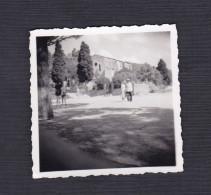 Petite Photo Originale Animée à Bormes Les Mimosas En Septembre 1951 - Places