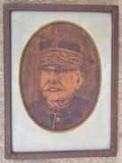 Maréchal Joffre Militaria - Portrait En Pyrogravure Dans Un Médaillon Encadré - Army & War