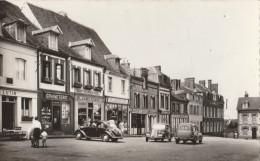 LA NEUVE-LYRE (27). La Place Du Marché. Magasins. Voitures Des Années 1950 - France