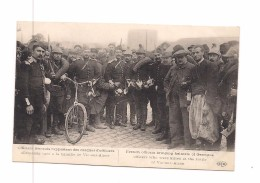 GUERRE 1914 - OFFICIERS FRANCAIS RAPPORTANT DES CASQUES D'OFFICIERS ALLEMANDS  - VELOS - ELD - - Oorlog 1914-18