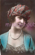 JOLIE JEUNE FEMME - Colorisé Chapeau - Collier Ajoutis - Woman French Glamour - Hat -Dos Vierge - Bonne Année - 2 Scans - Femmes