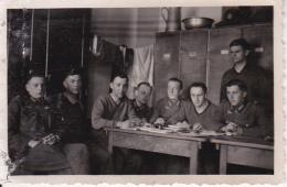Foto Gruppe Deutsche Soldaten Auf Der Stube - 2. WK - 8,5*5,5cm (25778) - Guerre, Militaire