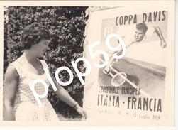 Rare Tennis Coupe Davis 1959 Photographie Originale Jeune Femme Devant Affiche  France Italie Coppa Davis Italia Francia - Tennis