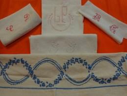 Lot De Monogrammes Decoupes Dans Des Draps -serviettes Ou Autre - Habits & Linge D'époque