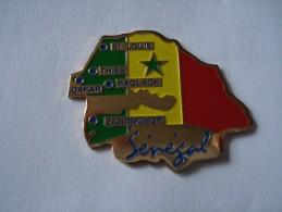 20161114.93 AFRIQUE CARTE SENEGAL DAKAR DRAPEAU - Pins