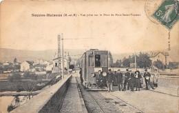 54 - MEURTHE ET MOSELLE - Gares Et Chemin De Fer / Neuves Maisons - Gros Plan Tramway Sur Le Pont - Animée - Neuves Maisons