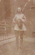 Carte Photo Originale Escrime - Sport De Combat - L'escrimeuse Et Son épée à Poignée Droite - Fleuret, Sabre En 1921 - Sporten
