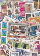 1 Kg TIMBRES MONDE - Tous Pays Sur Fragments , En Provenance Des Missions Et Organismes Caritatifs - Timbres
