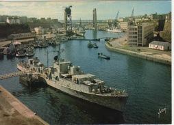 BATEAU DE GUERRE DANS L ARSENAL DE BREST - PONT LEVANT DE RECOUVRANCE - Warships