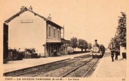 77 LA GRANDE PAROISSE LA  GARE INTERIEURE ANIMEE ARRIVEE DU TRAIN - Francia