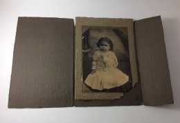 Old Photo 1870s Special Folder Stamped With Photo Studio US. Portrait Of A Girl In White Dress. Baby. - Foto's