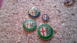 4 PINS VOITURES ALFA ROMEO DIFFERENTS - Pin's & Anstecknadeln
