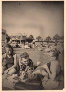 Photo Originale Plage & Maillot De Bain - Bande De Jeunes & Confidences à La Plage & En Maillot Vers 1930/40 - Pin-ups