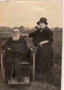 Photo Originale Vieux Et Vieilles - Couple D'anciens, Le Mari En Fauteuil Roulant En Bois Vers 1920/30 - Handicape - Anonymous Persons