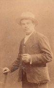 Tirage Photo Albuminé Originale Sur Carton - L'Homme Au Canotier & à La Pipe - - Alte (vor 1900)