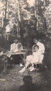 Photo Originale Pique Nique & Forêt Vers 1930 - Famille Sur Table Pliante Bois Carrée Et Bancs - Objects