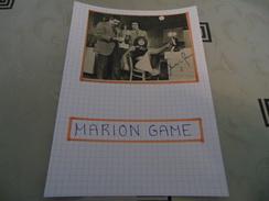 AUTOGRAPHE DÉDICACÉ DE MARION GAME SUR COUPURE DE PRESSE COLLÉE SUR CARTON BRISTOL (15 X 21 Cm) (VOIR DESCRIPTION) - Autographs